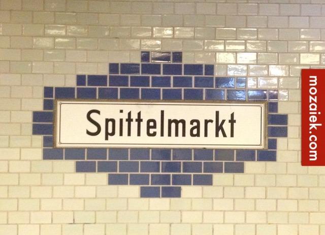 Metrotegels metro tegels met facet tegellambrisering in gang